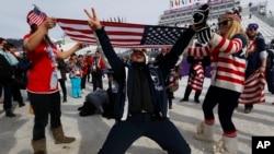 2014年2月9日,索契冬奧會觀戰的粉絲們打出美國國旗,慶祝美國的傑米•安德森獲得女子自由式滑雪板金牌。