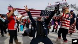 索契冬奥会观战的粉丝们打出美国国旗,庆祝美国的杰米•安德森获得女子自由式滑雪板金牌。(2014年2月9日)