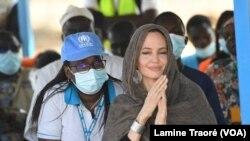 Angelina Jolie assistant à la cérémonie dédiée aux réfugiés, Dori, le 20 juin 2021. (VOA/Lamine Traoré)
