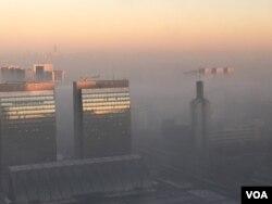 2017年1月5日,北京南郊雾霾浓重高楼如堕入五里云中。