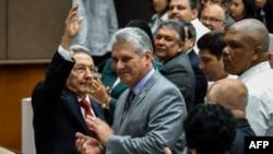 Prezidan sòtan kiben an, Raul Castro, agoch, ak men li anlè bò kote akote vVs-prezidan an, Diaz-Canel, nan mitan, pandan yon seremoni nan Asanble Nayonal pou vòt sou eleksyon prezidan syèl la nan La Havane 18 avril 2018.