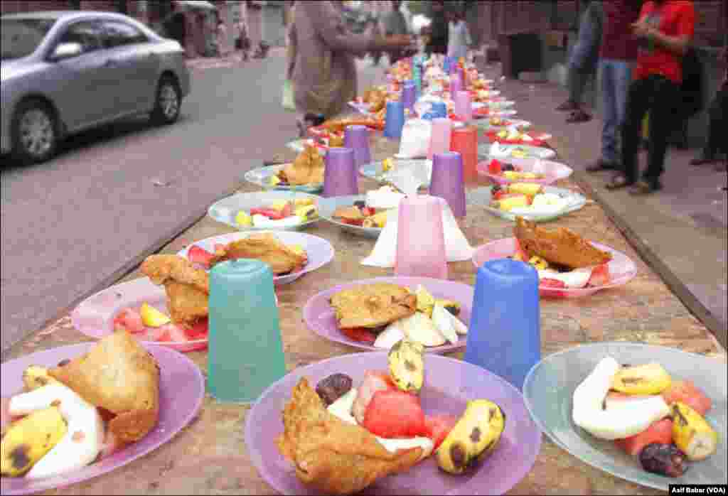 مخیر افراد کی جانب سے سڑکوں پر مستحق افراد کے لئے مفت افطار کا اہتمام کرنے کی روایت اب بھی قائم ہے