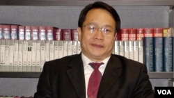 中国维权律师莫少平2005年在美国之音接受采访