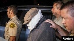 巴瑟萊. 納庫拉9月15日在加利福尼亞州洛杉磯縣塞里托斯警長辦公室的警官護送之下,离開他的住家