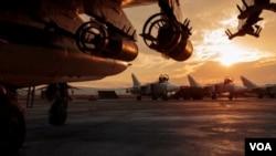 ກະຊວງປ້ອງກັນປະເທດຣັດເຊຍ ເຜີຍແຜ່ຮູບພາບເຮືອບິນໂຈມຕີ Su-25 ທີ່ຈອດຢູ່ເດີ່ນ ກອງທັບອາກາດ Hemeimeem ໃນປະເທດຊີເຣຍ.