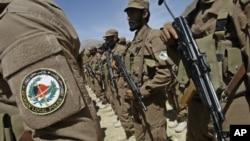 Cảnh sát địa phương Afghanistan lắng nghe bài phát biểu trong một buổi lễ giới thiệu đồng phục mới tại làng Gizab thuộc tỉnh Uruzgan. (Ảnh tư liệu ngày 24/4/2011)