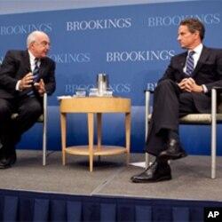 ທ່ານ Timothy Geithner ລັດຖະມົນຕີການຄັງຂອງສະຫະລັດ ກ່າວຢູ່ສະຖາບັນ Brooking ໃນນະ ຄອນຫລວງ Washington ໃນວັນພຸດທີ 6 ຕຸລາ, 2010 ວ່າບັນດາເສດຖະກິດເອເຊຍ ຕ້ອງຫລຸດຜ່ອນ ການກາງຕໍ່ອາໃສຕະຫຼາດຕ່າງປະເທດ (AP Photo/Manuel Balce Ceneta)