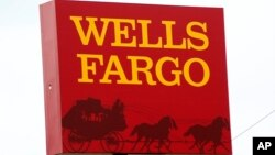 """Los ejecutivos de la banca y los consultores que normalmente se concentran en cuentas de cheques y tarjetas de crédito pasaron una reciente conferencia hablando de """"ventas cruzadas"""" y """"compensación de incentivos""""."""