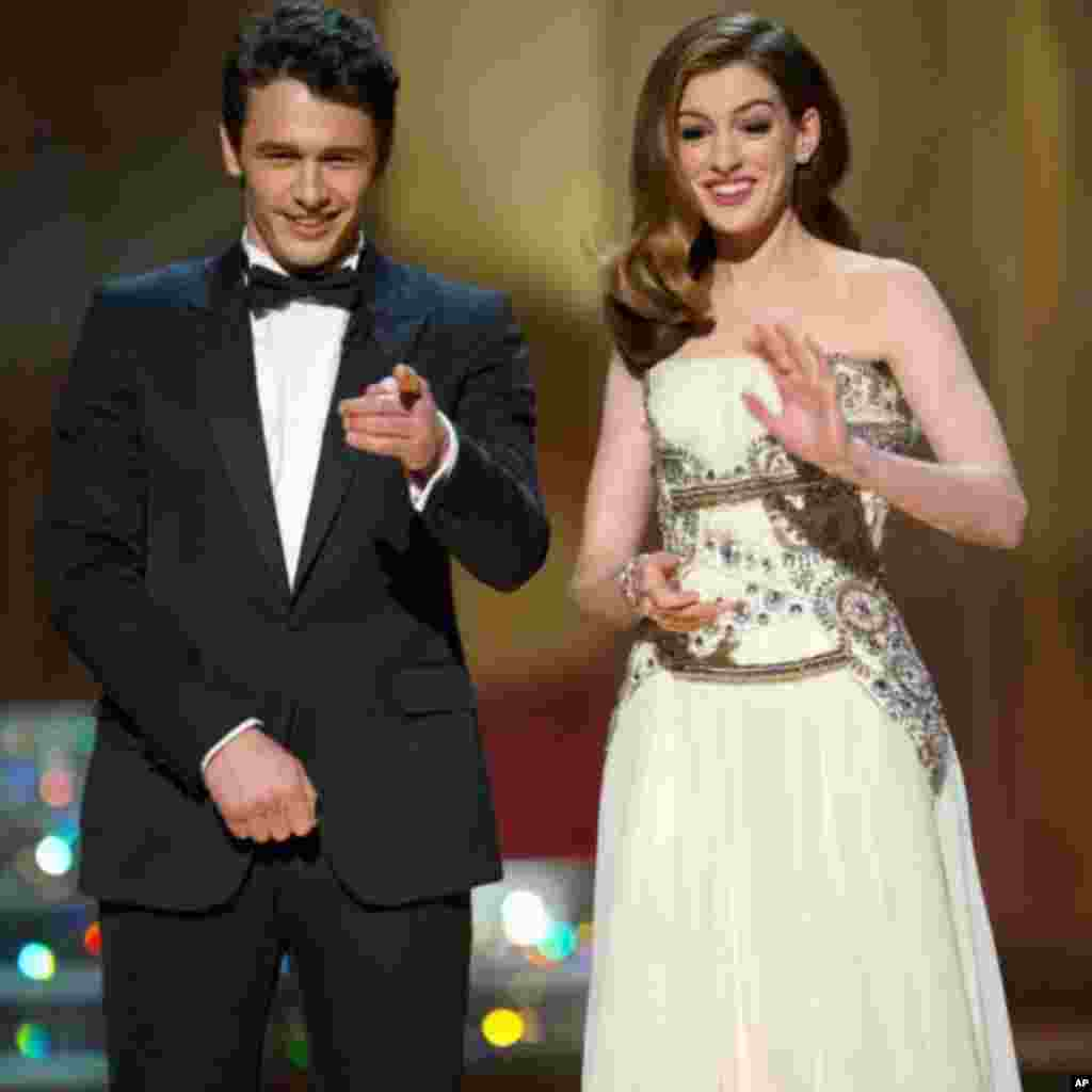 Co-hosts James Franco and Anne Hathaway