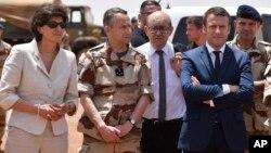 ຈາກຊ້າຍ, ລັດຖະມົນຕີປ້ອງກັນປະເທດ ຝຣັ່ງ ທ່ານນາງ Sylvie Goulard, ເສນາທິການທະຫານບົກ ນາຍພົນ Pierre de Villiers, ລັດຖະມົນຕີການຕ່າງປະເທດ ທ່ານ Jean-Yves le Drian ແລະ ປະທານາທິບໍດີ ທ່ານ Emmanuel Macron ຢ້ຽມຢາມກອງທັບປະຕິບັດການ Barkhane, ເປັນກອງທັບປະຕິບັດການໃນຕ່າງປະເທດ ທີ່ໃຫຍ່ທີ່ສຸດຂອງ ຝຣັ່ງ ໃນເມືອງ Gao, ປະເທດ ມາລີ. 19 ພຶດສະພາ, 2017.