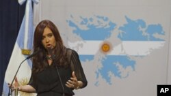 La Presidenta de Argentina, Cristina Fernández de Kirchner habla utilizando como fondo un mapa de las islas Malvinas.