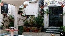 ນັກລົບຂອງຝ່າຍຕໍ່ຕ້ານກາດດາຟີ ຍິງປືນໃສ່ທາງເຂົ້າຕຶກຫລັງນຶ່ງ ຂອງມະຫາວິທະຍາໄລ ເມືອງ Sirte, ວັນທີ 9 ຕຸລາ 2011.