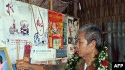 Ông Trương Văn Sương thắp nhang trên bàn thờ người vợ đã mất năm 2007 sau hàng chục năm chờ đợi ngày ông trở về