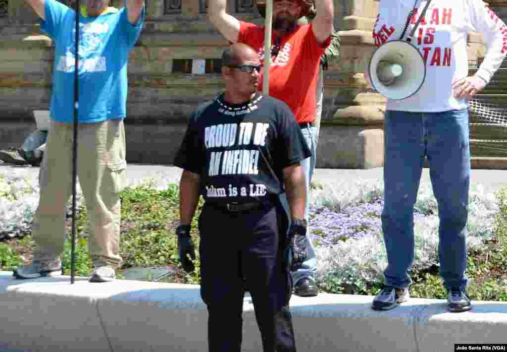 """Um manifestante usando uma t-shirt com as palavras """"orgulho em ser infiel Islão é uma mentira"""", fora do recinto da convenção republicana. Jul 19, 2016"""
