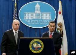 2018年3月7日,在加州首府圣克莱门托,加州州长布朗(左)和加州司法部长贝塞拉(右)听取有关一个针对美国司法部长发表的言论的问题
