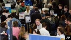 Hành khách qua kiểm tra an ninh ở sân bay quốc tế O'Hare, Chicago, Mỹ (ảnh tư liệu, 16/5/2016)