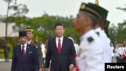 中國國家主席習近平和汶萊元首哈桑納爾蘇丹的陪同下檢閱汶萊儀仗隊。(2018年11月19日)