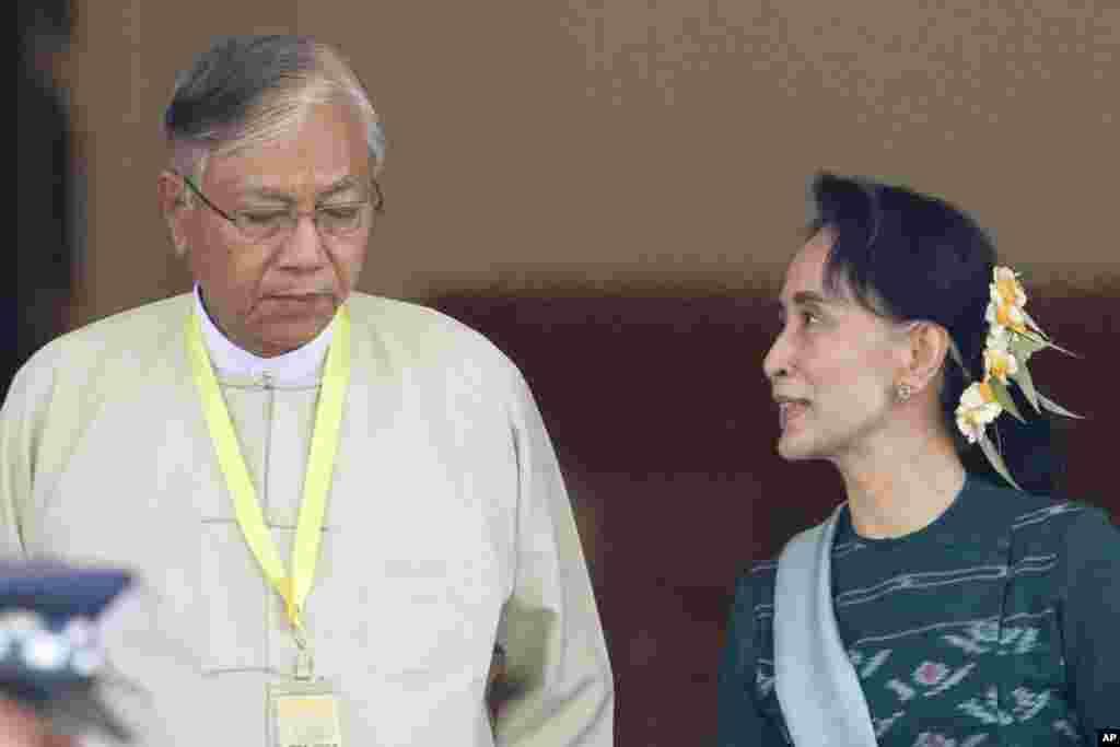 Htin Kyaw (kiri), presiden terpilih baru Myanmar, bersama pemimpin Partai Liga Nasional untuk Demokrasi, Aung San Suu Kyi, di gedung parlemen di Naypyitaw, Myanmar (15/3).(AP/Aung Shine Oo)