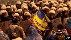 Ukraina politsiyasi namoyishchilar oldini to'smoqda, Kiyev, 9-dekabr, 2013-yil.