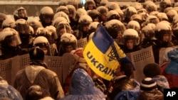 Cảnh sát chống bạo loạn Ukraina buộc các nhà hoạt động của Liên minh Thân phương Tây rời khỏi các tòa nhà chính phủ Ukraina ở thủ đô Kyiv.
