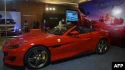 Mobil Ferrari 'Portofino' dalam pameran dua hari 'Auto de Glam Expo' di pinggiran Ahmedabad, 30 Januari 2021. (Photo by Sam PANTHAKY / AFP)