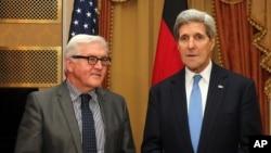 克里(右)與德國外長施泰因邁爾(左)
