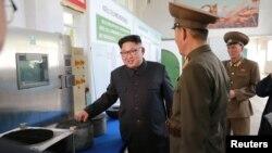 در تصاویر بازدید رهبر کره شمالی از یک کارخانه ساخت موتور موشک، طرحهایی از دو موشک جدید مشاهده شده است.