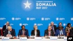 Konferensi untuk Somalia di London, Inggris, 11 Mei 2017. (Jack Hill/Pool Photo via AP). Dari Kiri: Menlu Inggris Boris Johnson, Presiden Somalia Mohamed Abdullahi Mohamed, Perdana Menteri Inggris Theresa May, Sekretaris Jenderal UII Antonio Guterres dan Ketua baru Komisi Uni Afrika, Moussa Faki Mahamat.