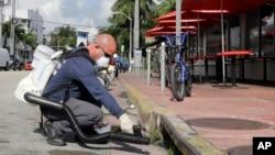 미국 플로리다주 마이애미비치에서 23일 지카 바이러스 확산을 막기 위한 모기 방역 작업을 하고 있다.