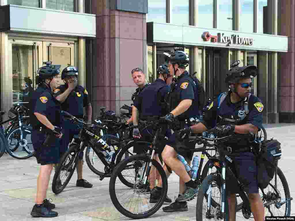 Les policiers à vélo patrouillent en nombre dans les rues de pour assurer la sécurité de la convention républicaine, Cleveland, le 18 juillet 2016 (VOA/Nicolas Pinault)