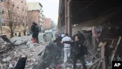Polisi di lokasi ledakan dan gedung yang runtuh di East Harlem, New York (12/3).
