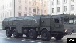 2014年4月29日莫斯科红场阅兵彩排中莫斯科街头的伊斯康德尔-M导弹(美国之音白桦拍摄)