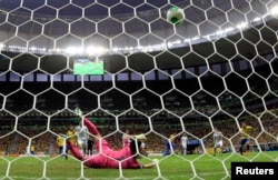 Brazil's Paulinho (4th R) scores past Japan's goalkeeper Eiji Kawashima during their Confederations Cup Group A soccer match in Brasilia, June 15, 2013.