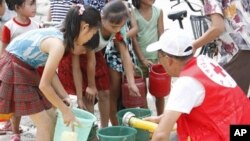 지난 2012년 평안남도 안주 시에서 북한 어린이들이 적십자사가 제공하는 깨끗한 물을 받고 있다. (자료사진)
