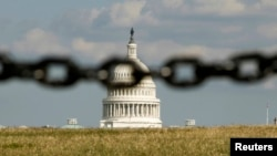 El Capitolio fotografiado a través de una cadena, simbolizando el cierre del gobierno.