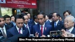 Presiden Jokowi menjawab pertanyaan wartawan di sela kunjungan ke Digital Media City, Seoul, Korsel Selasa, 17 Mei 2016. (Foto: Biro Pers Kepresidenan)