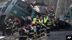 Nhân viên cứu hộ Ba Lan vừa kéo 1 nạn nhân nữa ra khỏi các mãnh vỡ trong tai nạn xe lửa ở Szczekociny, 4/3/2012