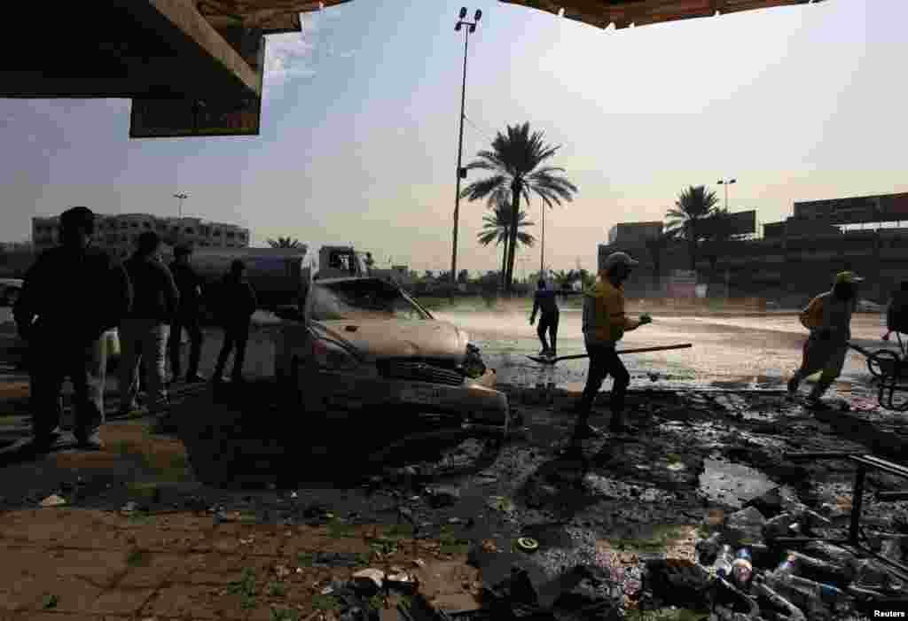 15일 이라크 수도 바그다드의 폭탄 테러 현장에 주민들이 모여있다.
