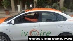 De nouveaux taxis sont depuis quelques semaines en circulation à Abidjan dans le cadre du renouvellement du parc auto, en Côte d'Ivoire, le 17 juin 2017. (VOA/Georges Ibrahim Tounkara)