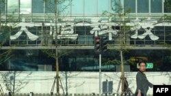 Un piéton traverse la rue devant le bâtiment de la congrégation évangélique de l'église chrétienne Shouwang à Pékin, 24 avril 2011.