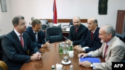 Tužilac za ratne zločine Vladimir Vukčević i glavni tužilac Tribunala u Hagu Serž Bramerc razgovaraju u Tužilaštvu za ratne zločine u Beogradu.