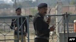 لاہور کی کوٹ لکھپت جیل کے باہر پولیس اہلکار تعینات ہیں جہاں زینب قتل کیس کی سماعت ہورہی ہے۔
