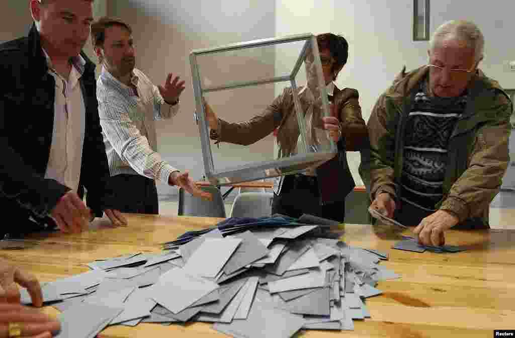 Las autoridades electorales de Francia durante el conteo de votos. (Reuters).