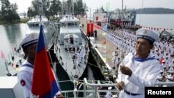 资料照片:柬埔寨海军士兵在西哈努克省云朗海军基地举行的移交仪式上在一艘中国海军巡逻舰上升起柬埔寨国旗。(2007年11月7日)