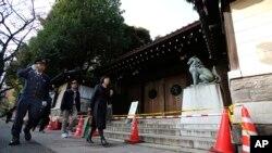 東京靖國神社在11月24日發生爆炸後警察封鎖現場一帶