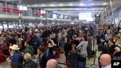 2017年7月31日,澳大利亚悉尼国内机场安检级别提高,旅客排起了长队。警方说,他们刚刚挫败了一起恐怖分子的袭击计划。