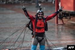 Atlet olahraga ekstrim Turki, Cengiz Kocak, setelah melakukan lompatan dasar dari Menara Galata di Istanbul, pada acara yang diselenggarakan oleh European Outdoor Film Tour (EOFT) di Istanbul, 9 November 2017. (Foto: AFP)