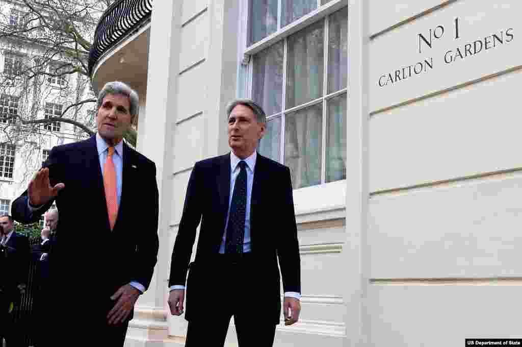 جان کری در حال قدم زدن با وزير امور خارجه بريتانيا، هامون