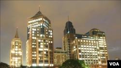 Kota Bengalore, pusat pengembangan industri IT di India. Industri IT India merasa terpukul dengan kebijakan proteksionis Amerika.
