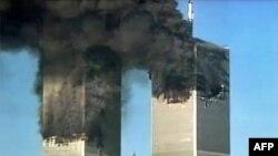 Kule bliznakinje gore nakon terorističkih napada 11. septembra